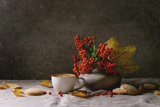 Outono café com folhas amarelas