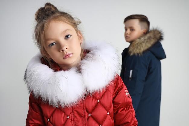 Outono coleção de roupas para crianças e adolescentes. jaquetas e casacos para o frio do outono