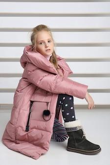 Outono coleção de roupas para crianças e adolescentes. jaquetas e casacos para o frio do outono.