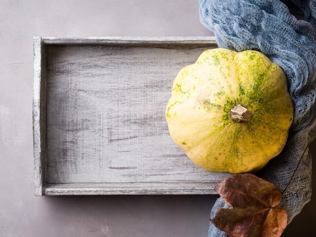 Outono com abóbora na bandeja de madeira