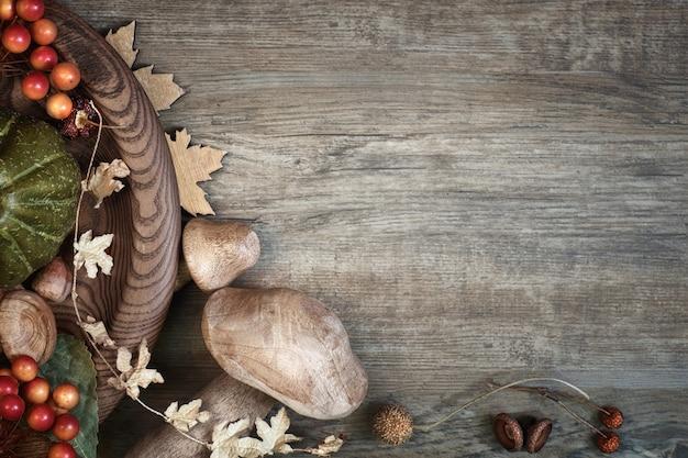 Outono com decorações secas de outono na madeira, espaço