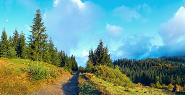 Outono começando pela manhã na montanha dos cárpatos, ucrânia