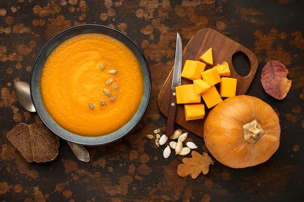 Outono comida sopa de abóbora e folhas