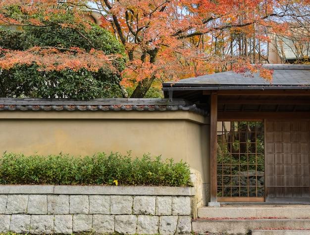 Outono cor do jardim japonês em kyoto, japão