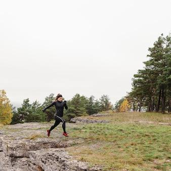 Outono corrida ao ar livre, treino na floresta