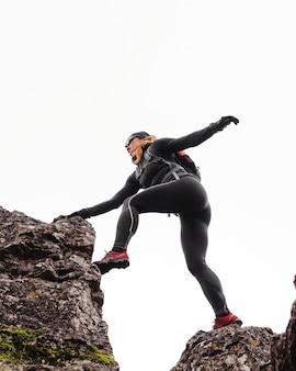 Outono corrida ao ar livre, treino pulando nas pedras