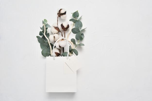 Outono de buquê seco de flores de algodão e folhas de eucalipto