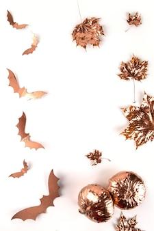 Outono de halloween. folhas de bordo douradas pintadas e morcegos voadores em branco