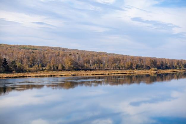 Outono de rio lindo e largo entre a floresta. local calmo e sossegado com cores de outono. no meio da ilha fluvial. vista de cima para longe