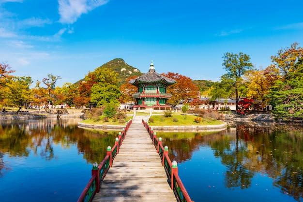 Outono do palácio gyeongbokgung em seul.