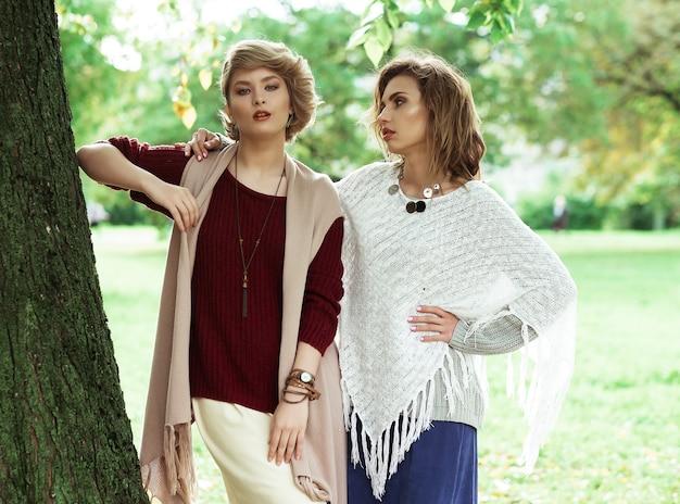 Outono. foto de duas belas mulheres no parque.
