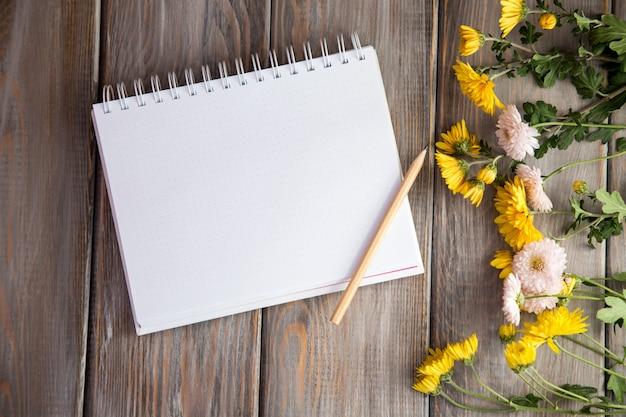 Outono fundo brilhante. caderno para a inscrição.