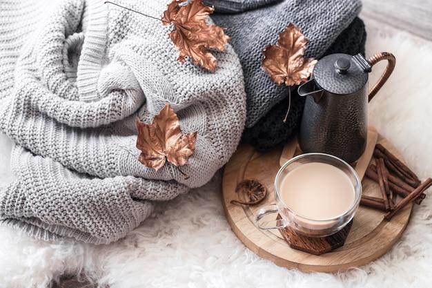 Outono-inverno aconchegante casa ainda vida com uma xícara de bebida quente.