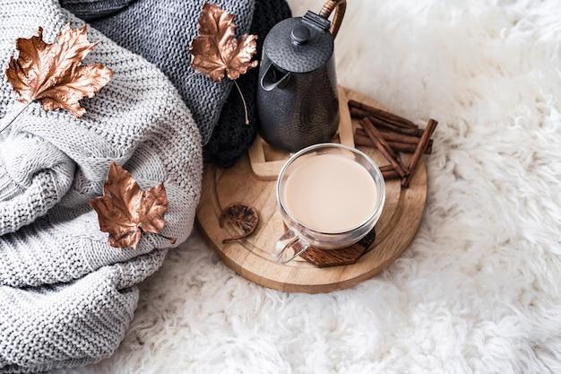 Outono-inverno casa aconchegante ainda vida com um copo de bebida quente.