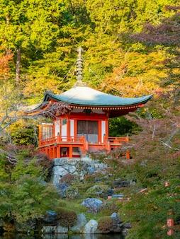 Outono japonês. templo de kyoto daigoji.