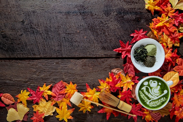 Outono, matcha xícara de chá verde de madeira