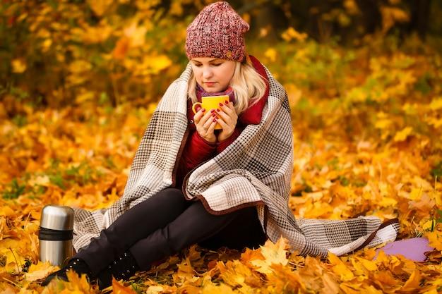 Outono mulher bebendo café.