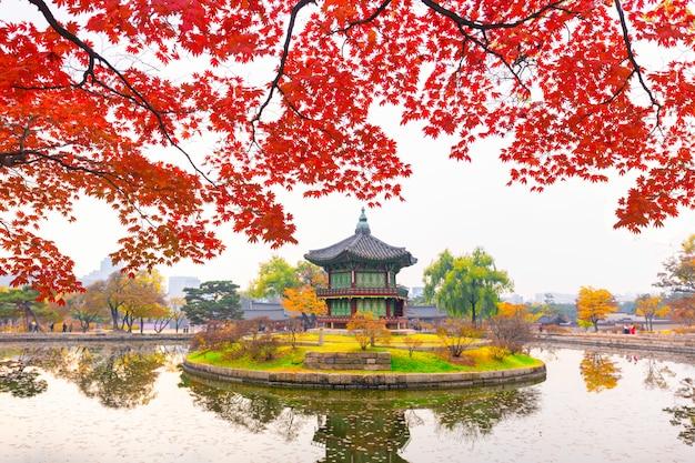 Outono no palácio gyeongbokgung, pavilhão hyangwonjeong, em seoul, coreia do sul.