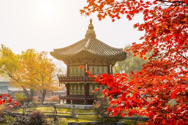 Outono no palácio gyeongbokgung, seul, na coreia do sul.