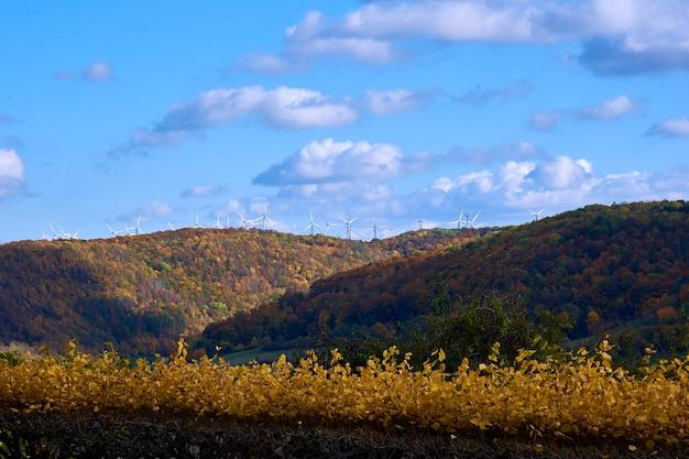 Outono paisagem montanhosa com moinhos de vento