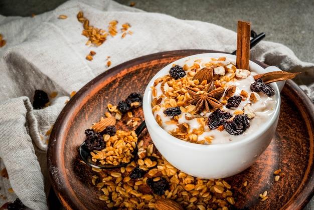Outono picante e café da manhã de inverno com granola,
