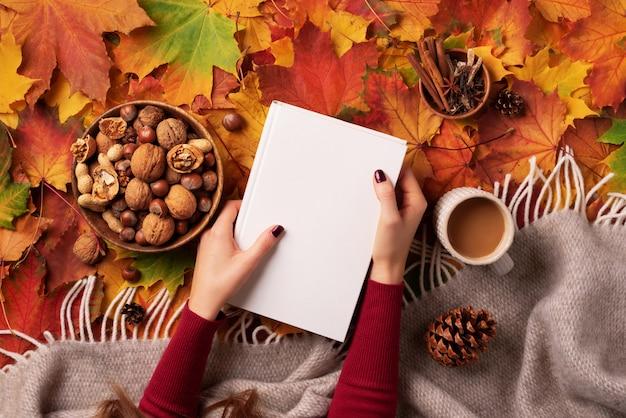Outono plana leigos. mulher, mãos, golding, livro branco