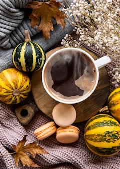 Outono plano deitado com uma xícara de café e folhas de outono