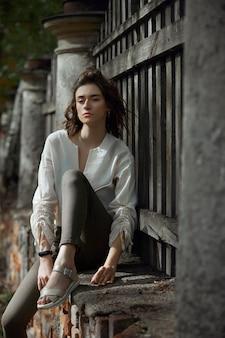Outono retrato da beleza de uma linda menina por do sol. mulher de estilo de vida com maquiagem natural na natureza.