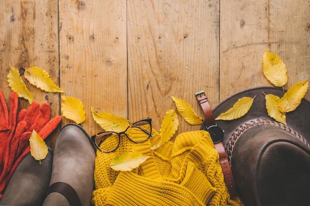 Outono roupas quentes na mesa de madeira