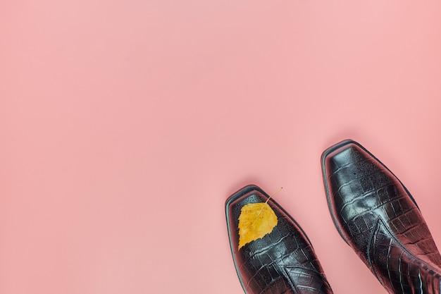 Outono sapatos impermeáveis com uma folha