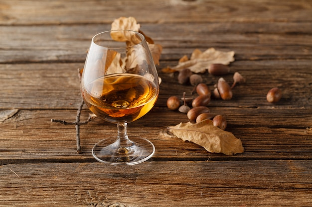 Outono tempo bebendo com copo de álcool