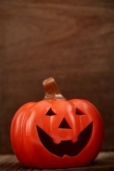 Outono uma abóbora no fundo de madeira