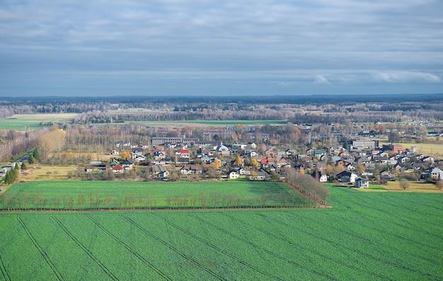 Outono vista aérea da paisagem da cidade sigula letônia vista aérea superior olhe para baixo dia de sol