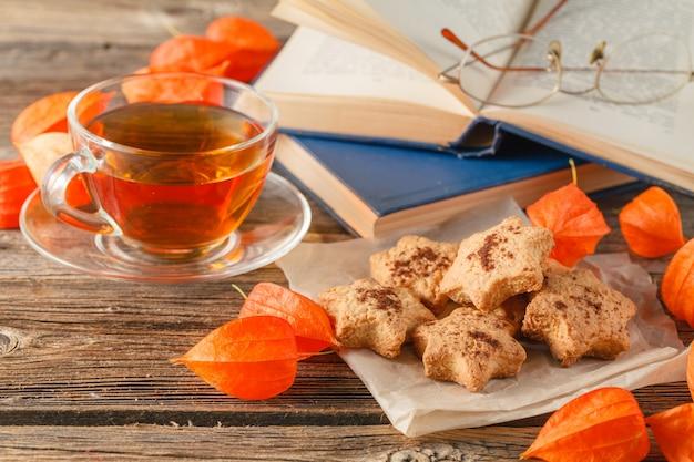 Outono. xícara de chá e biscoitos em forma de folhas.