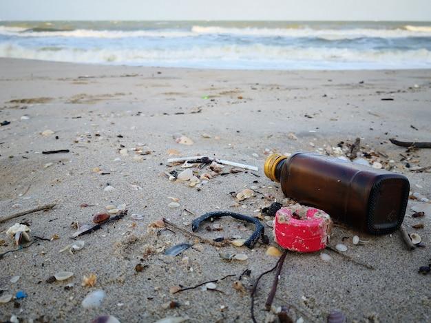 Outro lixo lava-se na praia de songkhla.