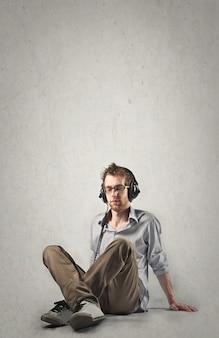 Ouvindo música e relaxando