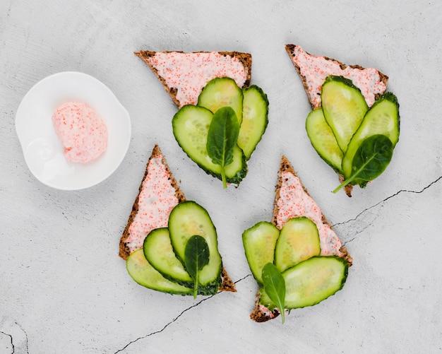 Ovas de vista superior no pão com pepinos