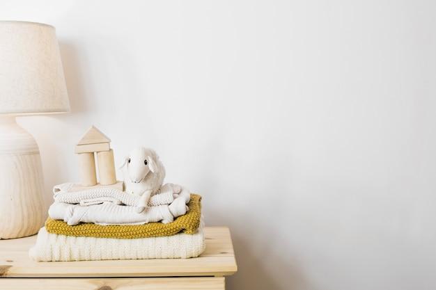 Ovelha de pelúcia e pilha de cobertores