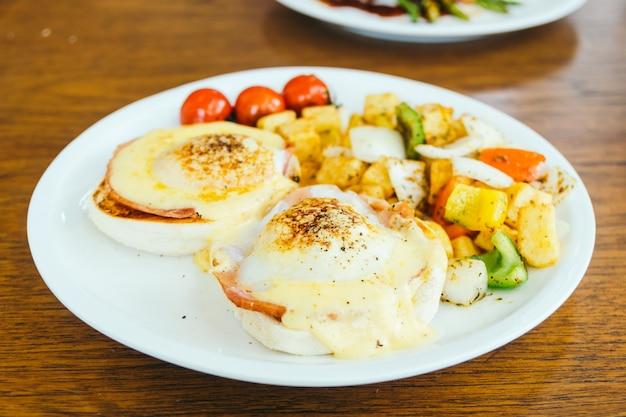Ovo benedict com legumes no café da manhã
