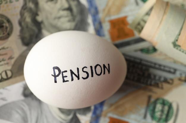Ovo com inscrição pensão na superfície do dinheiro