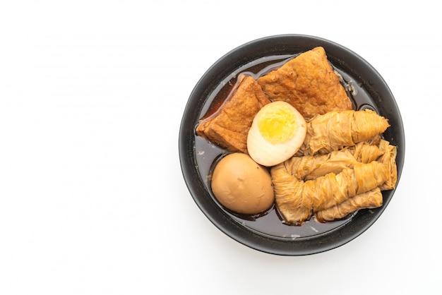 Ovo cozido em molho marrom ou molho doce isolado no fundo branco