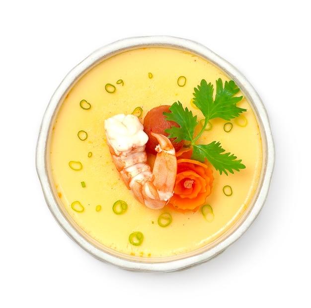 Ovo cozido no vapor com camarão, tomate e cenoura fusão comida japonesa estilo asiático