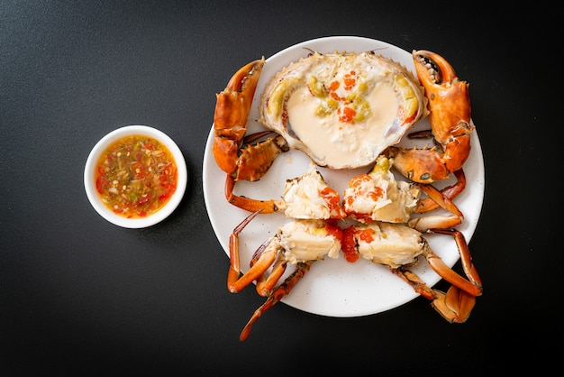 Ovo de caranguejo no vapor com leite fresco e molho picante de frutos do mar