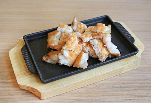 Ovo de lula teppanyaki na chapa quente. comida japonesa tradicional.