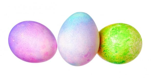 Ovo de páscoa colorido isolado no branco