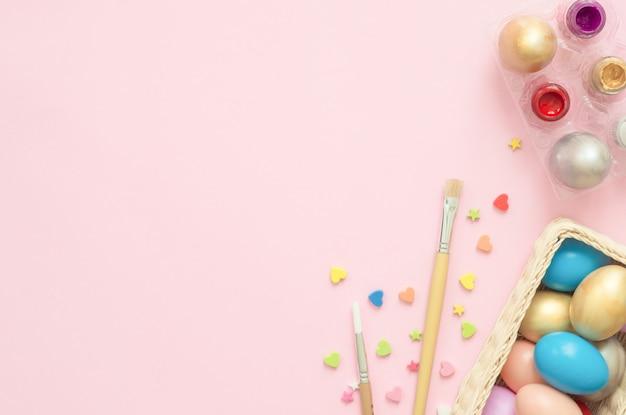 Ovo de páscoa colorido pintado em composição de cores pastel com pincel