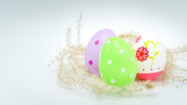 Ovo de páscoa colorido sobre fundo branco, decorações do feriado de páscoa