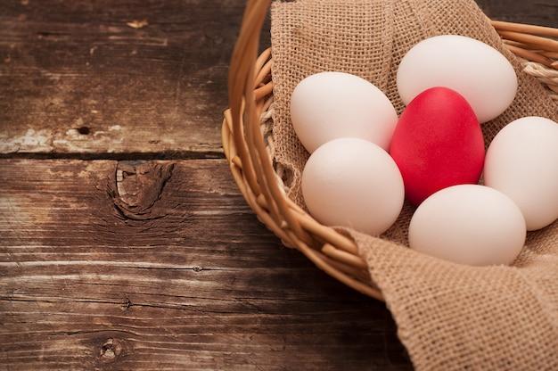 Ovo de páscoa deitado em uma cesta