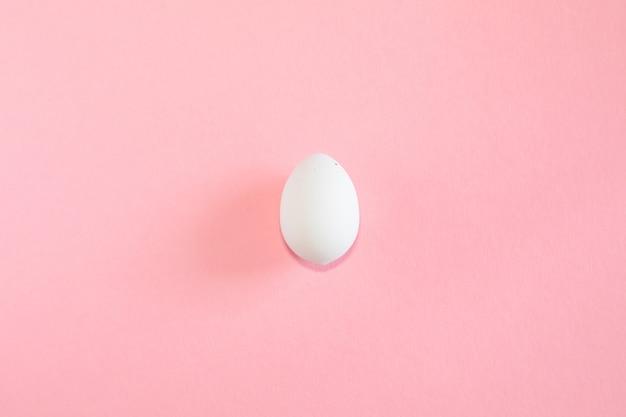 Ovo de páscoa em fundo rosa
