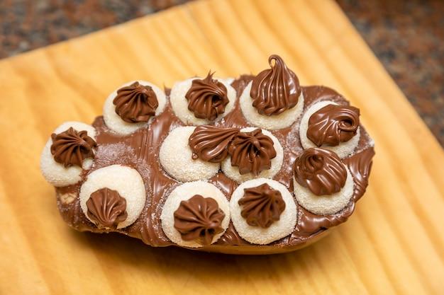 Ovo de páscoa gourmet com biscoito de doce de leite brigadeiro e chocolate